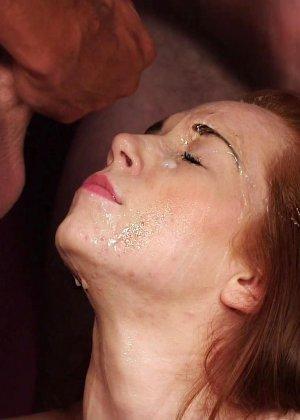 Рыжей шлюшке извергают огромное количество спермы на её личико - фото 21