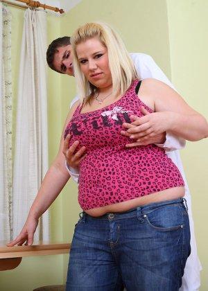 Толстушка ебется верхом на парне который не комплексует с размерами - фото 4