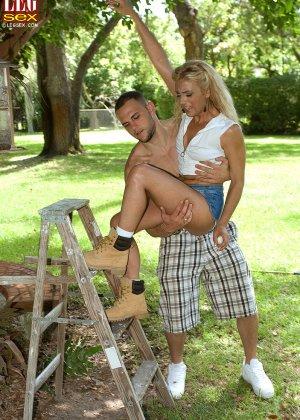 Жазелла Мур подставляет свои ножки для поцелуев, а затем ласкает стопами член молодого человека - фото 5