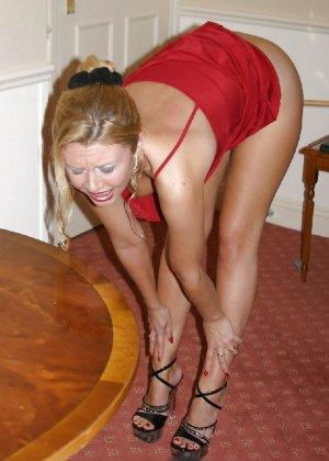 В красном платье сучка раздвигает свои длинные ножки и пизду - фото 12