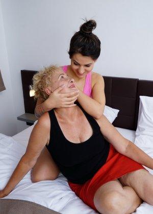 Молодая девушка развлекается со зрелой женщиной, познавая друг друга в лесбийских ласках - фото 6