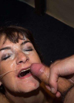Женщина принимает в ротик несколько членов и с удовольствием оказывается в сперме - фото 14