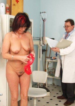 Зрелая получает удовольствие от тщательного осмотра у врача, тем более, что он лапает ее пизду - фото 15