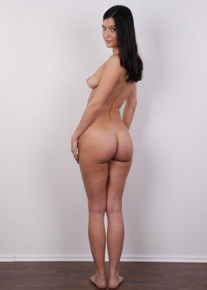 На чешский порно кастинг приперлась привлекательная брюнетка с волосами на лобке - фото 13