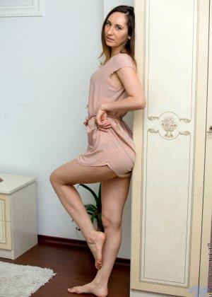 Стройная девушка показывает свое тело без одежды, чтобы у всех была возможность оценить ее - фото 1
