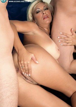 Опытная блондинка попадает в руки двух возбужденных молодых мужчин и дает им себя трахать - фото 13