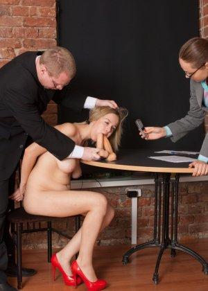 Озабоченный бос со своей секретаршей занимается развратом с незнакомкой - фото 1