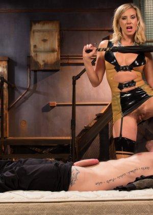 Семейная пара любит жесткий секс, телка надевает страпон и начинает ебать своего брутального мужчину в очко - фото 7