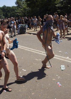 Подборка фото нудистов на пляже с голыми телами, попами и сиськами - фото 7