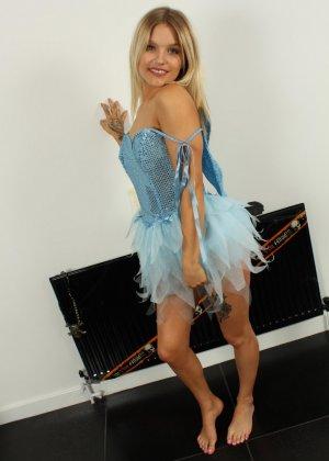 Лола Джей раздевается после Хэллоуина и показывает свое стройное молодое тело - фото 2