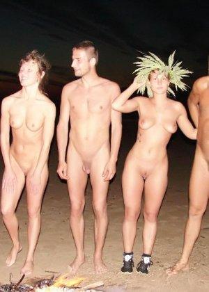 Развлечения нудистов на пляже: огромное количество больших членов и сексуальных фигур - фото 9