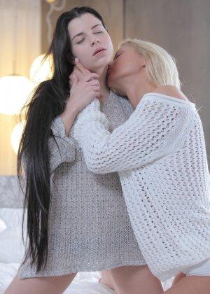 Нежные лесбиянки получают максимум удовольствия от обоюдных ласк, которые они совершают, не выходя из постели - фото 12