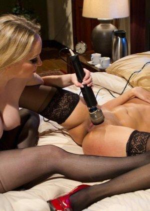 Красивые девушки в чулках ебутся в связаном виде на кровати в отеле - фото 10