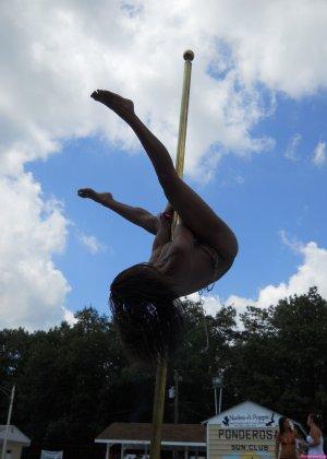Мулатка показывает свое божественное тело прыгая у бассейна - фото 11- фото 11- фото 11