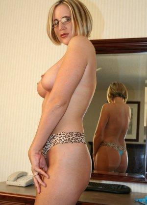 Опытная дамочка показывает хорошо сохранившееся тело, вставая перед камерой в соблазнительные позы - фото 10