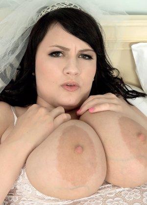 Жирная невеста решает отдаться прямо в свадебном платье, покорив мужа своими формами - фото 10