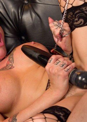 Татиурованная женщина и такой же паренек занимаются оригинальным сексом, где она является доминантом - фото 16