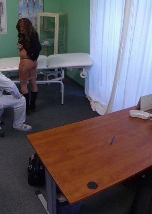 Озабоченный молодой доктор ебет своих пациенток не снимая с них трусиков - фото 16