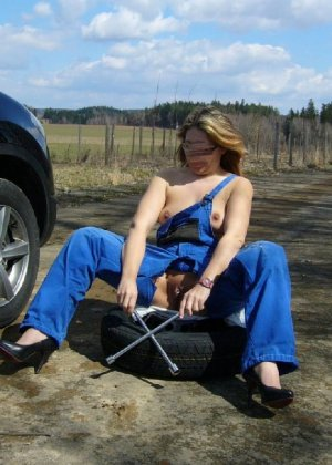 Очень страстная девка в робе механика сует себе в попу накидной ключ - фото 9- фото 9- фото 9