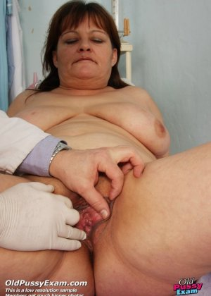 Зрелая Светлана приходит на прием к гинекологу, раздвигает ноги и показывает с себя со всех сторон - фото 9