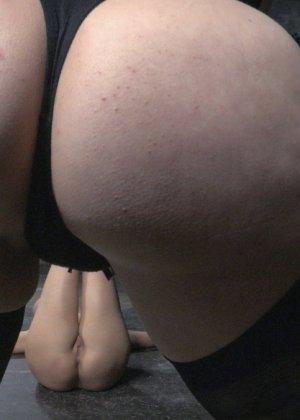 Черри Торн подчиняется роковой женщине, которая очень любит доминировать над связанными девушками - фото 9