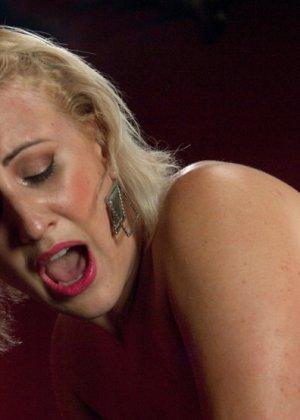 Секс машина без проблем довела блондинистую деваху до незабываемого сквирта - фото 12