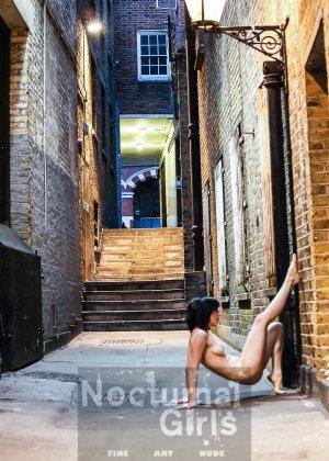 Девушка принимает участие в откровенной фотосессии на улицах города в обнаженном виде - фото 2