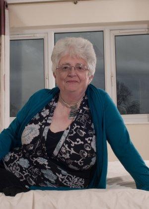 Пожилая женщина не сдает позиции и принимает участие в эротической фотосессии - фото 3