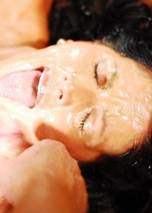 Брюнетке на лицо извергают очень большое количество горячей спермы - фото 1