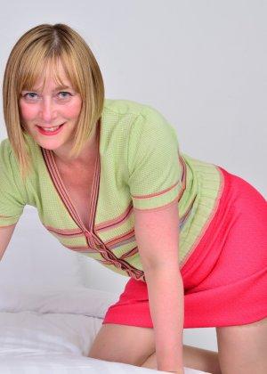 Зрелая женщина тоже хочет почувствовать себя желанной, поэтому раздевается до нижнего белья - фото 2