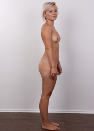 Блондинка на порно кастинге снимает все белье и оголит свои аккуратные сексуальные соски - фото 13