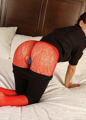 Развратная брюнетка в красном желает секса на белоснежной постели - фото 3
