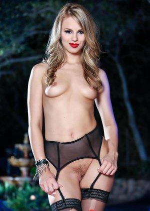 Джиллиан Дженсон - девушка с красивой фигуркой, которая любит подразнить своим телом - фото 6