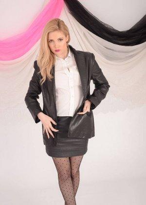 Стриптиз от скромной работницы офиса, пора увидеть, что скрывается под тонкой белой блузкой - фото 9