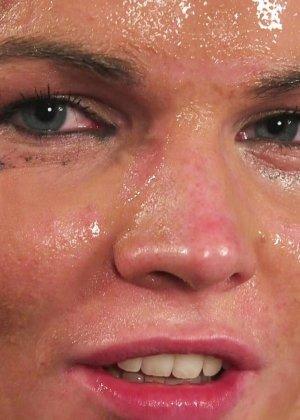 Брюнетка в очках облитая с ног до головы теплой белой спермой - фото 20