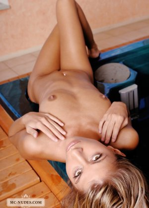 Сексуальная блондинка средних лет очень красиво и эротично позирует сначала на полу, а потом в бассейне - фото 10