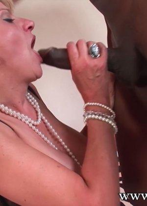 Леди Соня обожает секс, поэтому старательно делает минет темнокожему мужчине с огромным членом - фото 10