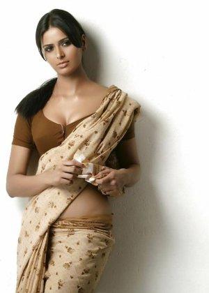 Роскошные индийские девушки показывают на камеру свои большие буфера - фото 6