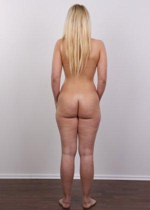 Классная голая блондинка показывает бритую пизду на камеру - фото 13