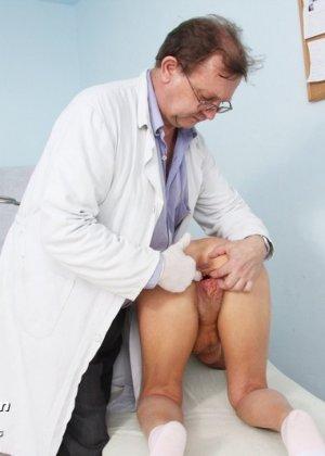Пожилая женщина приходит на прием к врачу, чтобы показать все свои достоинства перед мужчиной - фото 5