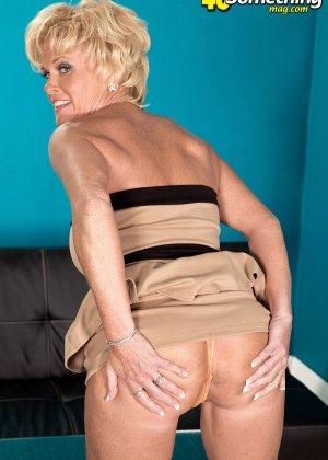 Зрелая белокурая проститутка занимается еблей в два ствола сразу - фото 5