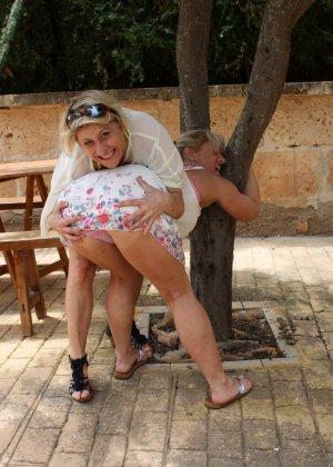 Две зрелые мадамы давненько не виделись и занялись развратом во дворе - фото 8