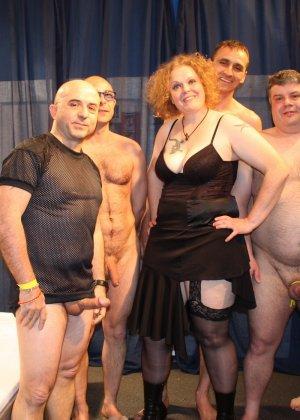 Толпа толстых мужиков ебут зрелую рыжую пышку во все щели - фото 10