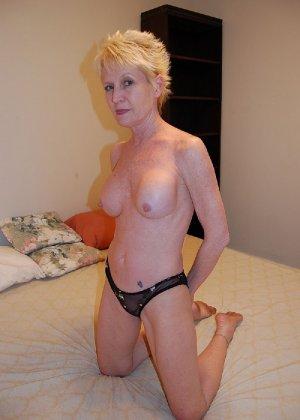 Опытная блондинка в голом виде показывает свои принадлежности - фото 26