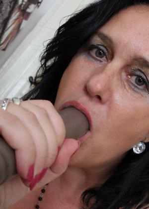 Зрелая женщина показывает свое пышное тело, а затем принимается облизывать искусственный фаллос - фото 16