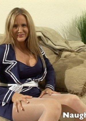 Миловидная блондинка сильно возбудилась, пока мастурбировала, но любовник пришел вовремя, она и пососала и потрахалась - фото 1