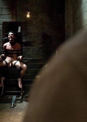 Брюнетка в латексе занимается жестокой еблей с незнакомым мужиком - фото 15
