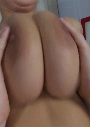 Девка с большой натуральной грудью занялась классическим сексом - фото 7