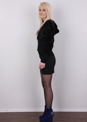 Худая блондинка с красивой пиздой делает красивые вещи перед камерой - фото 3