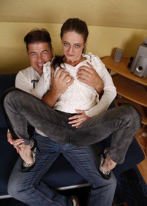 Германская проститутка забавляется со своим новым богатеньким клиентом - фото 6